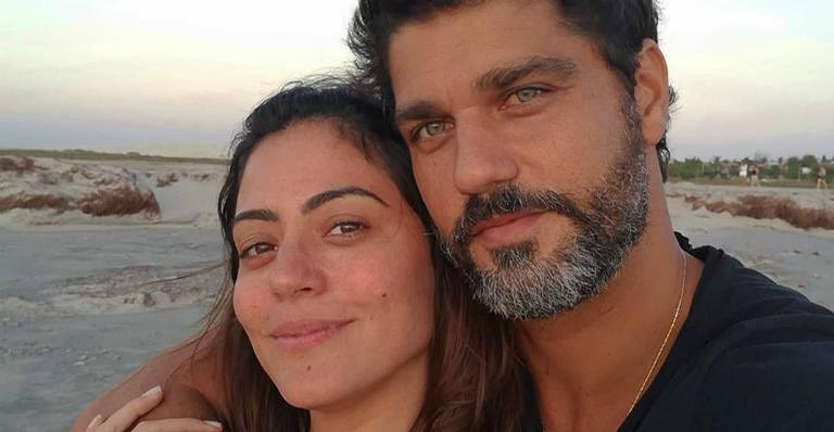 Carol Castro diverte internautas após parabenizar Bruno Cabrerizo com clique inusitado
