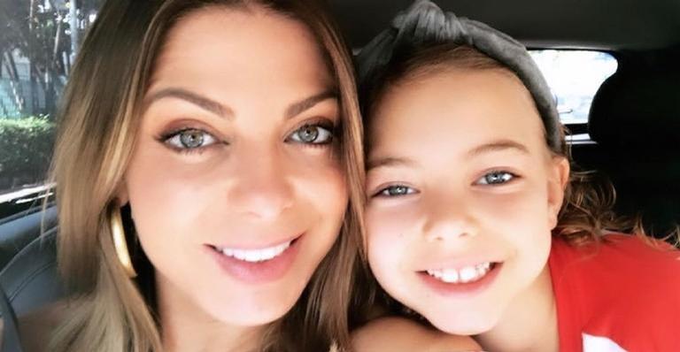 Sheila Mello encanta a web ao posar agarradinha com a filha, Brenda