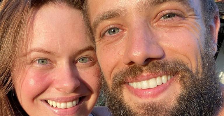 Mari Bridi posa agarradinha com o marido, Rafael Cardoso, e arranca elogios da web