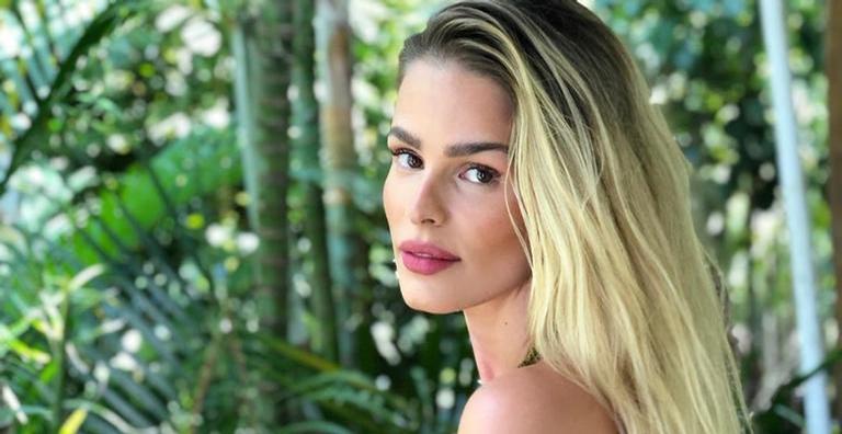 Yasmin Brunet compartilha novo clique de biquíni curtindo dia de sol no mar
