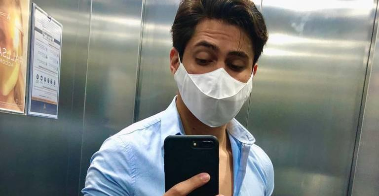 Lucas Veloso posa de máscara e faz reclamação: ''É chato demais''