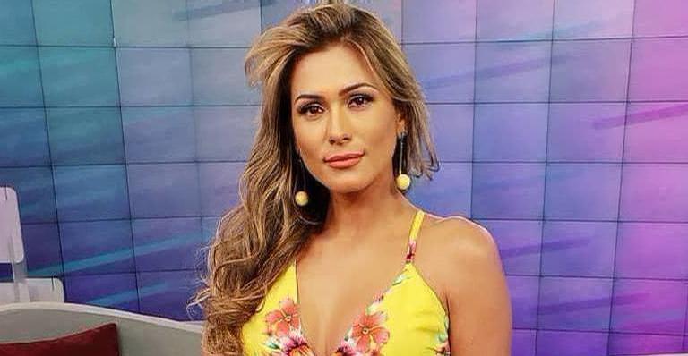 Lívia Andrade se refrescou de biquíni cor de rosa
