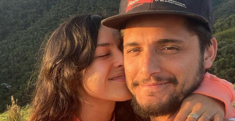 Bruno Gissoni esbanja amor e carinho ao posar com sua mulher, Yanna Lavigne