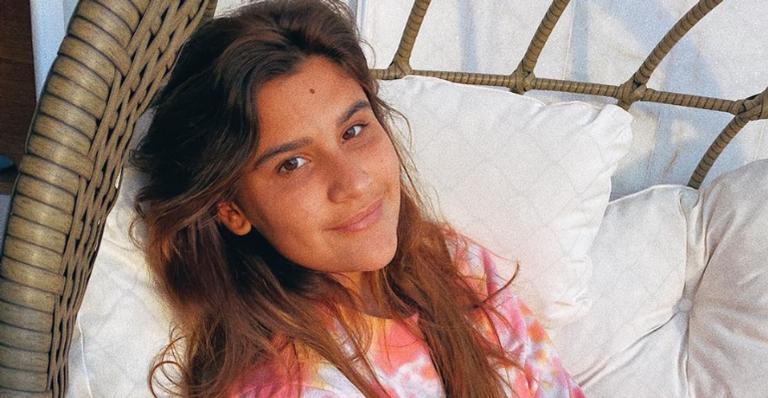 Giulia Costa arranca suspiros ao posar sorridente durante um refrescante banho de cachoeira