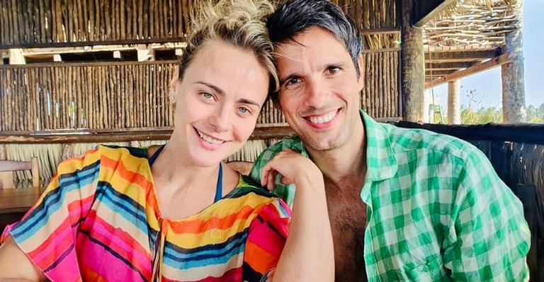 Juliana Silveira surge agarradinha com o marido, John Vergara, e se declara