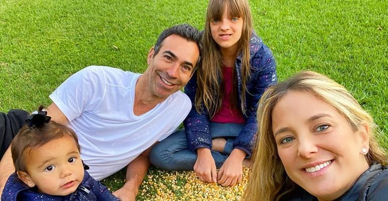Ticiane Pinheiro posou ao lado do marido, Cesar Tralli, e das filhas, Rafa e Manuella