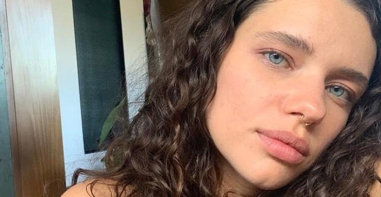 Bruna Linzmeyer posa natural ao compartilhar fotos tomando sol e encanta a web
