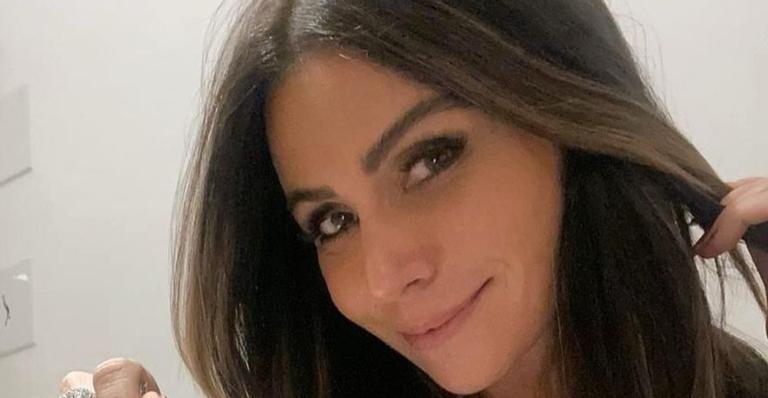 Giovanna Antonelli exibe boa forma em clique de biquíni neon