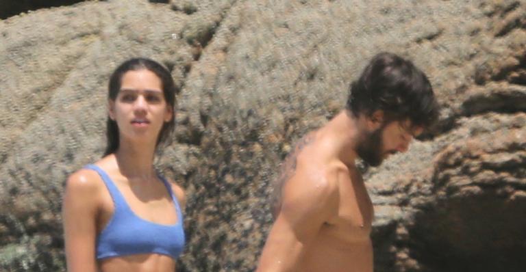 Ator Kayky Brito é flagrado na praia na companhia da namorada; veja as fotos