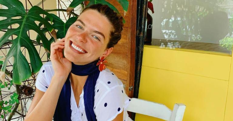 Mariana Goldfarb esbanja beleza ao posar para clique descontraído