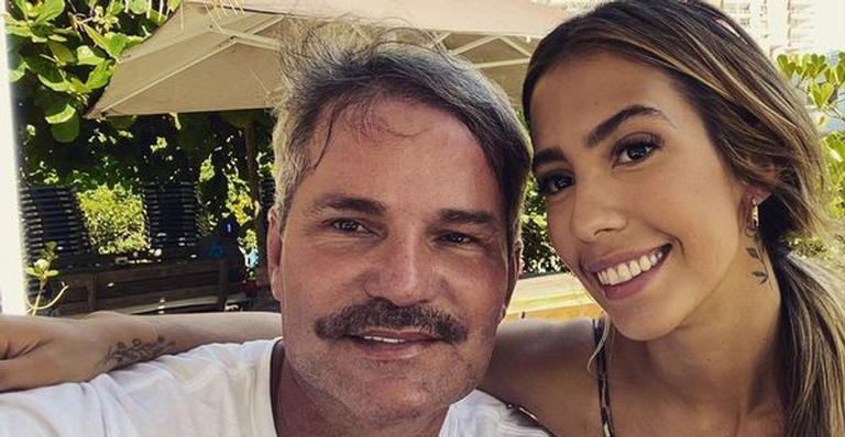 Após rumores de briga, Gabi Brandt posa com o pai de Saulo Poncio: ''Amo''