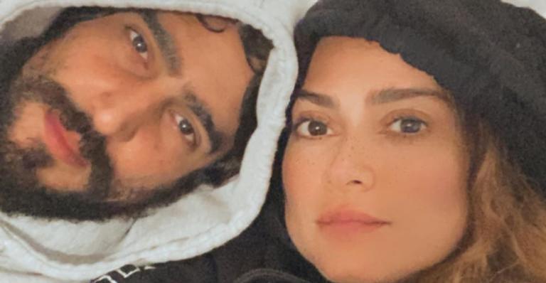 Na praia, Renato Góes registra a esposa, Thaila Ayala, saindo do mar e se derrete