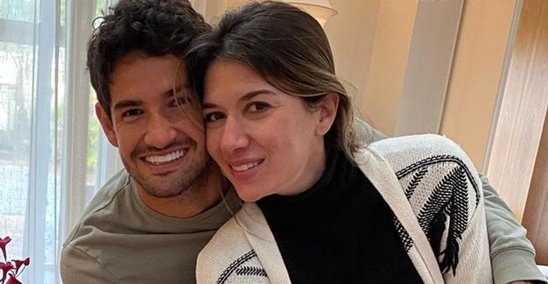Alexandre Pato e a esposa, Rebeca Abravanel surgiram lindíssimos na véspera de Natal