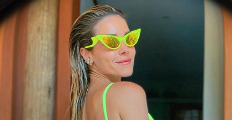 Monique Alfradique exibe corpo sarado com biquíni neon