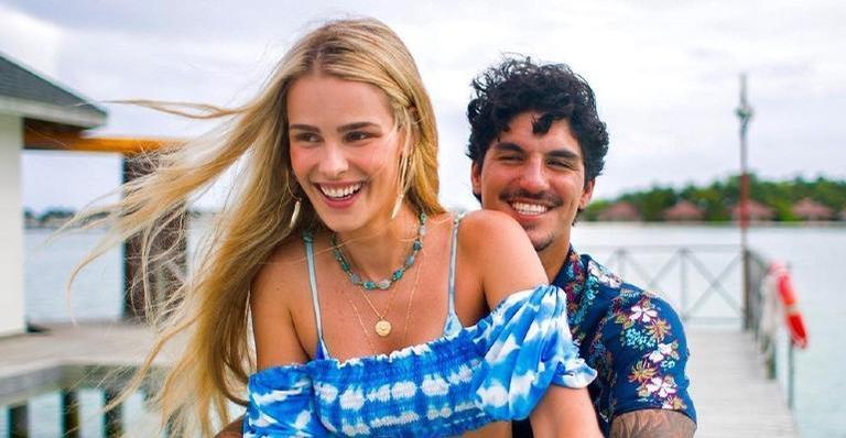 A loira posou no colo do surfista e encantou a web com momento romântico