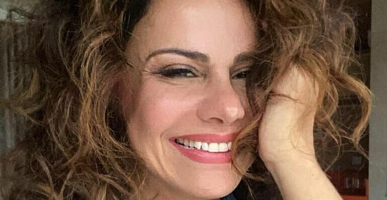 Viviane Araujo lamenta saudade do Carnaval ao relembrar cliques na Salgueiro
