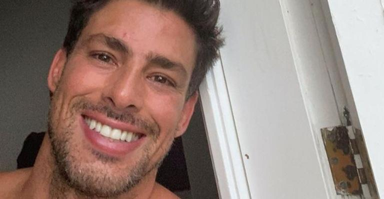 Cauã Reymond arranca suspiros ao posar para belíssimo registro na praia: ''Respirada funda''