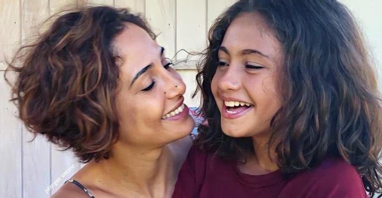 Camila Pitanga renova o bronzeado na companhia da filha, Antonia