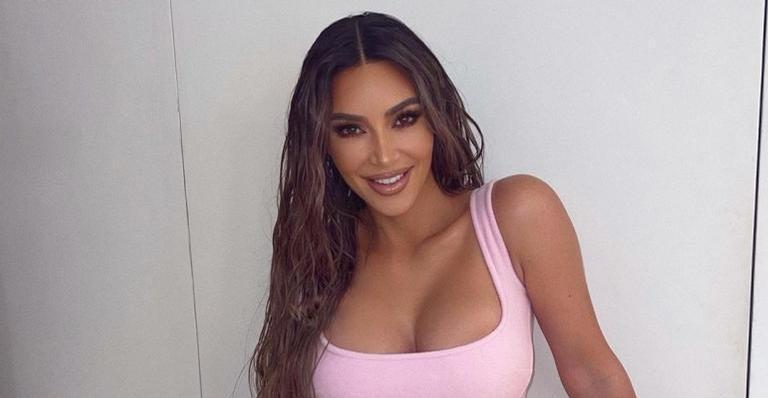 Diante de vista paradisíaca, Kim Kardashian recebe chuva de elogios ao posar de biquíni