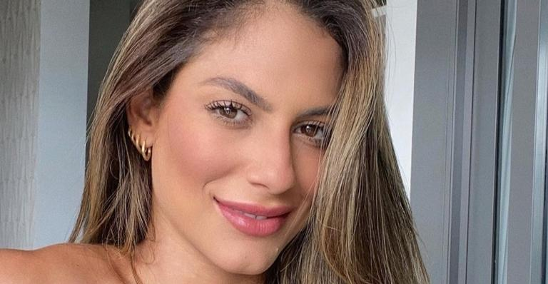 No Rio, Mari Gonzalez exibe boa forma impecável de biquíni tomara que caia