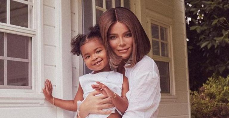 Filha de Khloe Kardashian rouba a cena ao posar com look grifado