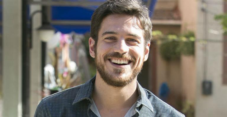 Marco Pigossi encanta internautas ao compartilhar clique inédito nos bastidores de série