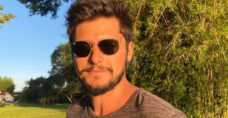 Bruno Gissoni posa ao curtir delicioso dia na praia: ''Capital tropical do mundo''