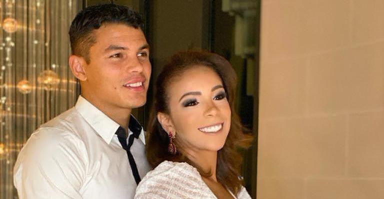 Sorridente, Belle Silva compartilha clique na cama e Thiago Silva reage: ''Que isso''