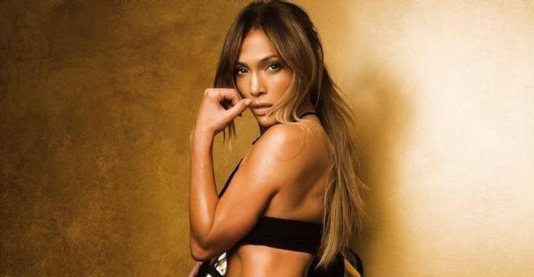 Aos 51 anos, Jennifer Lopez surpreende de maiô branco decotadíssimo