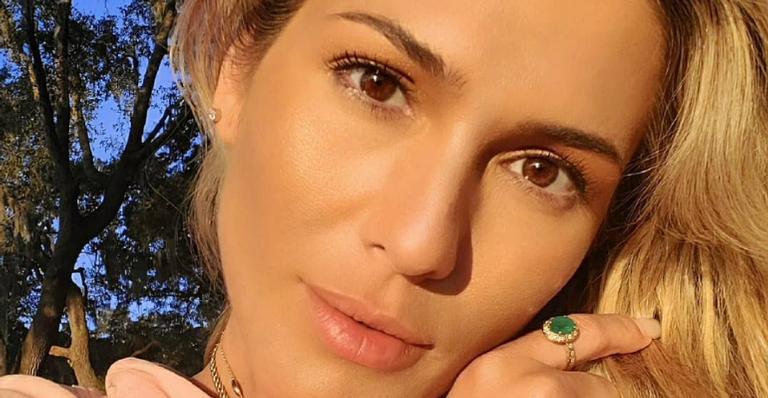 Lívia Andrade arranca suspiros da web ao surgir com biquíni estiloso na praia: ''Gata demais!''