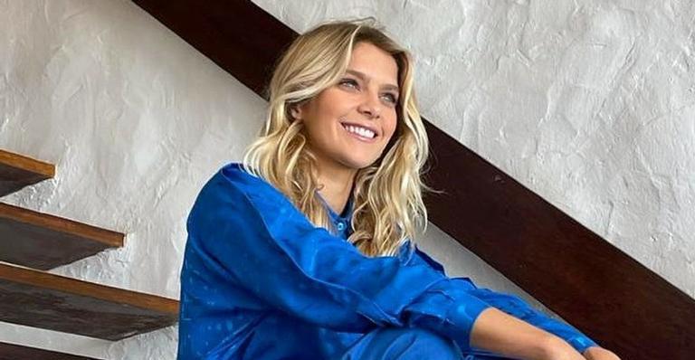 Internautas rasgam elogios ao Isabella Santoni aparecer sentada de costas usando maiô laranja