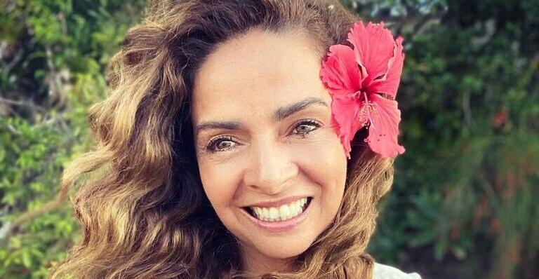 De biquíni, Claudia Ohana esbanja beleza natural ao catar conchas: ''Minha terapia de hoje''