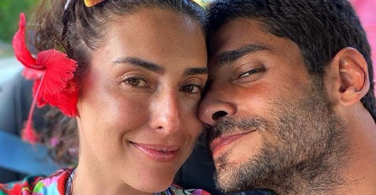 Fernanda Paes Leme posa natural na web ao aparecer deitada ao lado do namorado, Victor Sampaio,