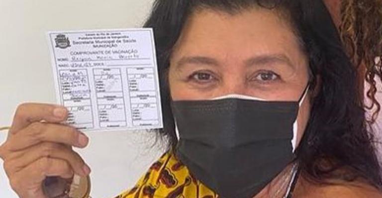 A atriz mostrou que recebeu a primeira dose da vacina e comemorou
