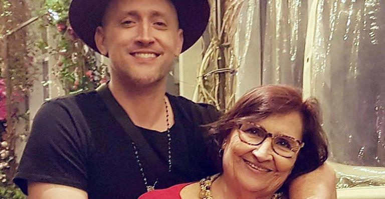 Dea Amaral, mãe de Paulo Gustavo, agradece orações ao filho