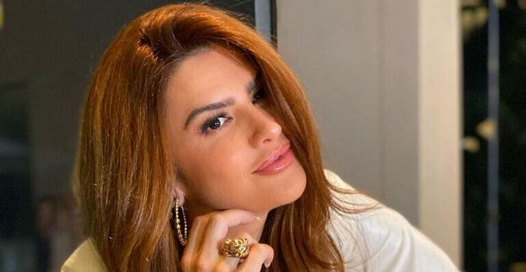 Sem sutiã, Mirella Santos posa com o blazer aberto: ''Sextou''