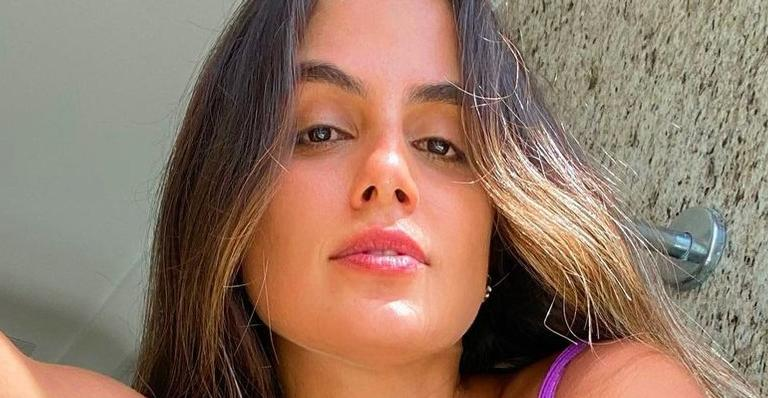 Carol Peixinho esbanja corpaço deitada na cama com pijama sensual