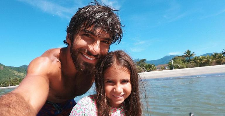 Hugo Moura compartilha vídeo divertido com Maria Flor e encanta a web: ''Tal pai, tal filha''