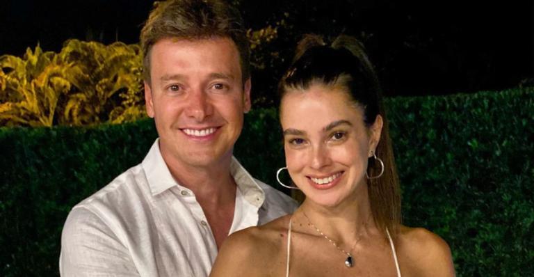 Rodrigo Faro tenta reproduzir cena de filme romântico com Vera Viel e resultado diverte web