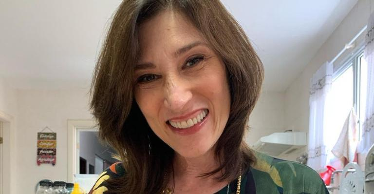 Beth Goulart toma primeira dose da vacina contra Covid-19 e compartilha momento nas redes sociais