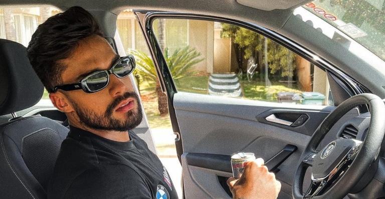 Bil Araújo deixa internautas babando com clique provocante!