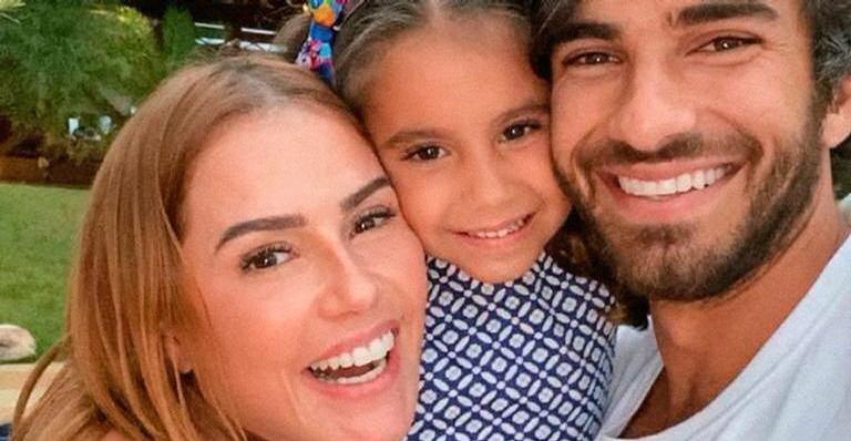 Deborah Secco compartilha vídeo de brincadeira ao lado do marido, Hugo Moura, e da filha, Maria Flor