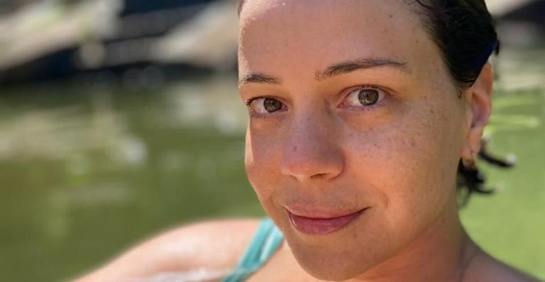 Leandra Leal esbanja plenitude ao posar logo após um delicioso mergulho