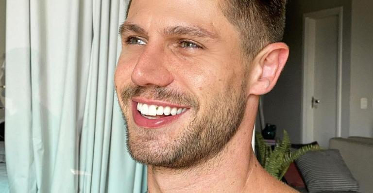 Jonas Sulzbach arranca suspiros da web ao mostrar vídeo treinando só de sunga