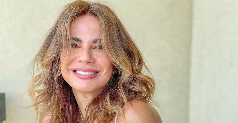 De biquíni, Luciana Gimenez esbanja boa forma ao andar de bicicleta: ''Maravilhosa''
