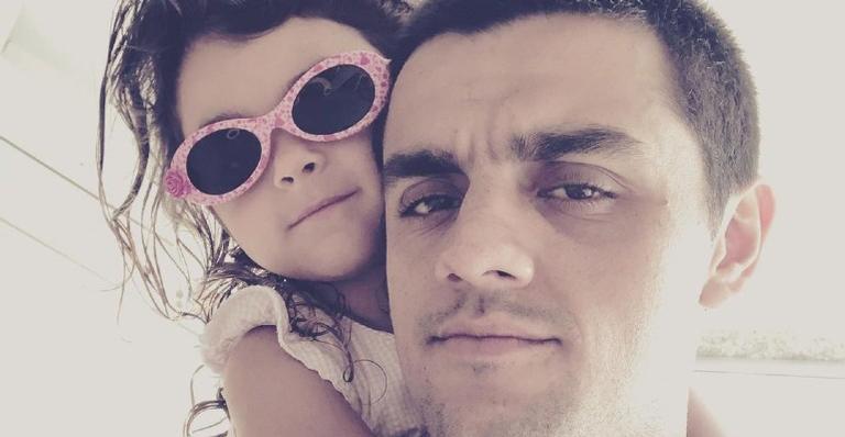Felipe Simas usa as redes sociais para compartilhar foto de momento perfeito ao lado de Maria