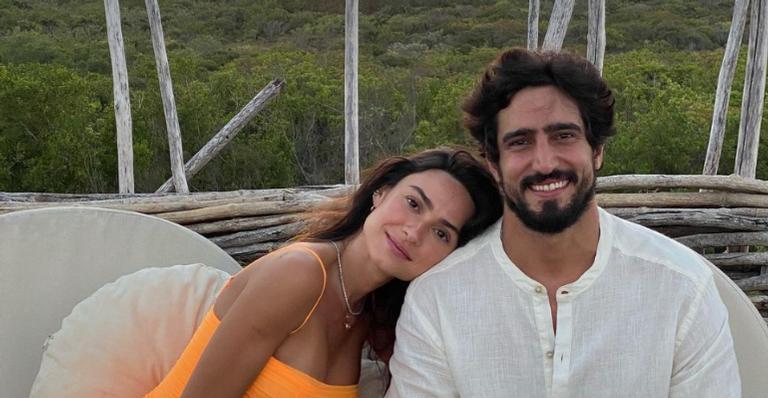 Thaila Ayala encanta a web ao registrar momento de intimidade com o marido, Renato Góes