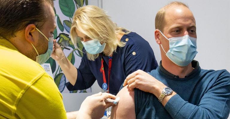Príncipe William recebe a primeira dose da vacina contra Covid-19
