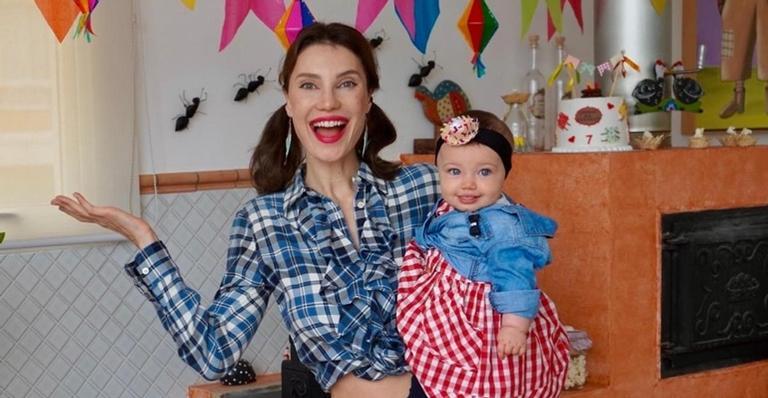 Júlia Pereira celebra sete meses da herdeira, Suzanne, na casa da sogra, Faa Morena