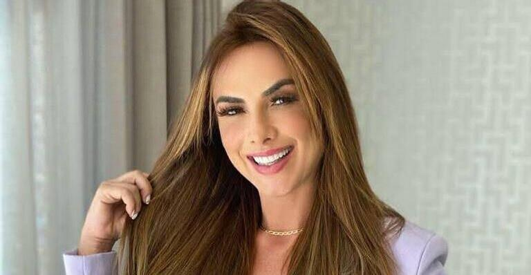 Nicole Bahls posa sorridente em clique e beleza rouba a cena